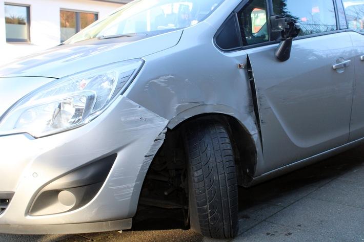 Der Opel war nach dem Unfall nicht mehr fahrbereit.