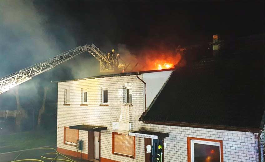 Die elf Anwohner des Hauses konnten sich unverletzt aus dem Gebäude retten.