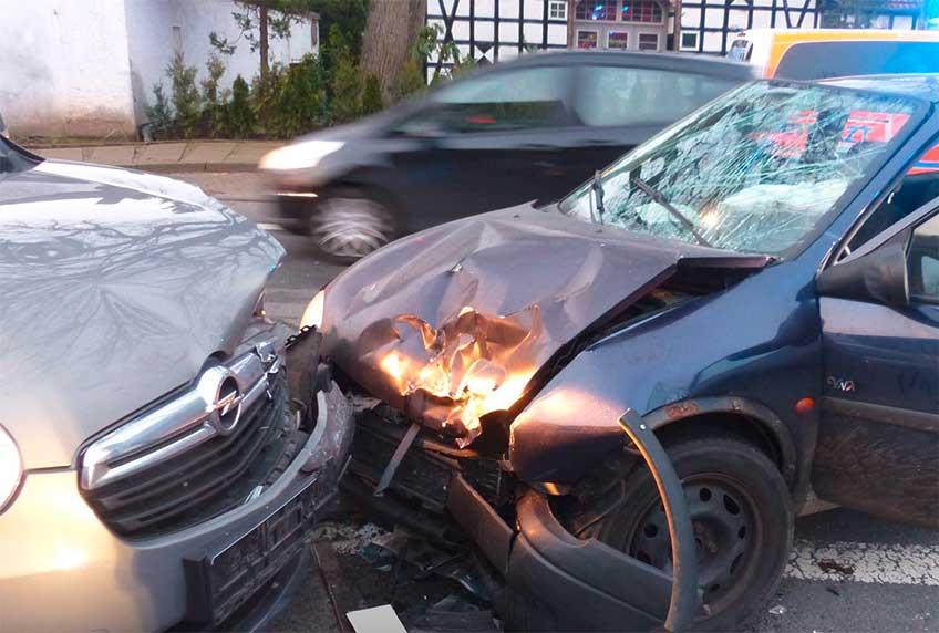 Die beiden Fahrzeuge kollidierten auf der Mindener Straße in Hille-Hartum.