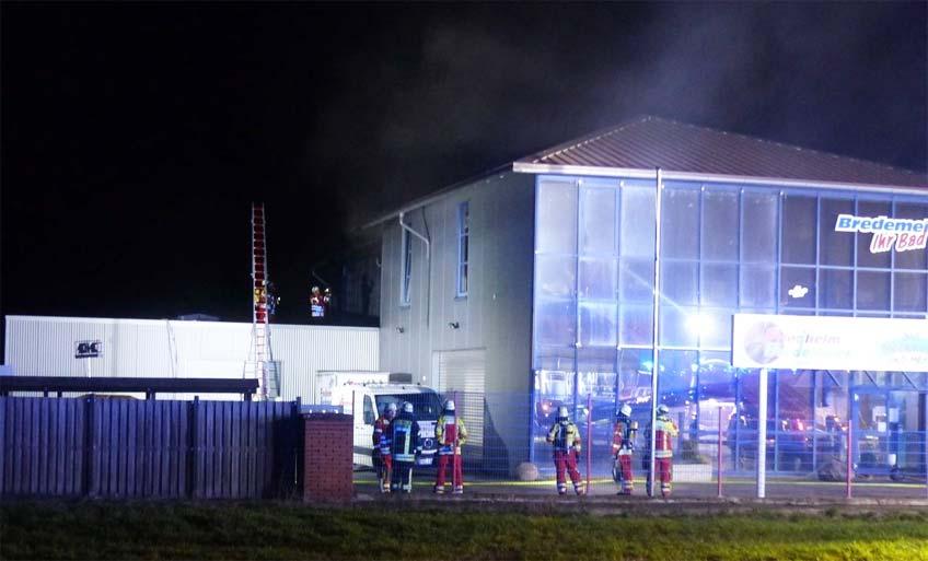 Die Feuerwehr konnte bei dem nächtlichen Brand bei der Sanitär-Firma noch Schlimmeres verhindern.