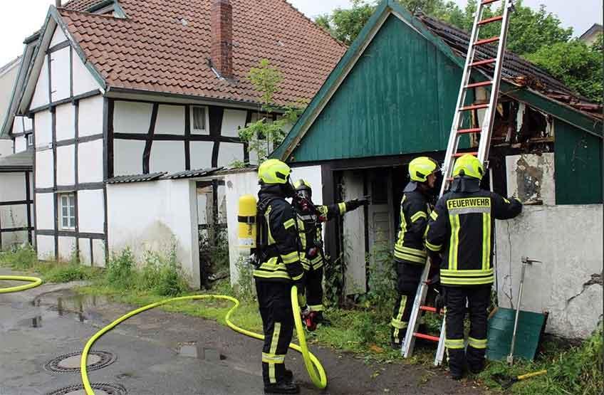 Einsatzkräfte der Feuerwehr suchten am Sonntagmorgen nach möglichen Glutnestern an der Eschentorstraße.
