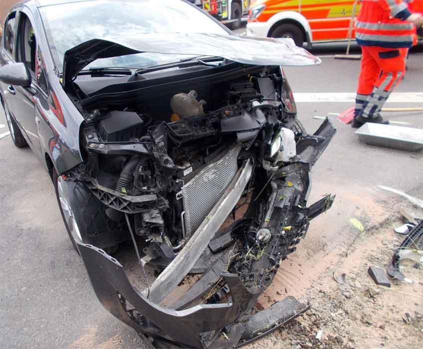 Die Fahrzeugfront des Opel wurde bei dem Aufprall gegen den VW völlig eingedrückt.