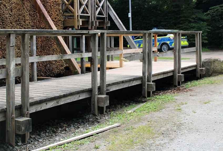 Vandalen haben am Gradierwerk ihr Unwesen getrieben und am Geländer Holzlatten eingetreten.