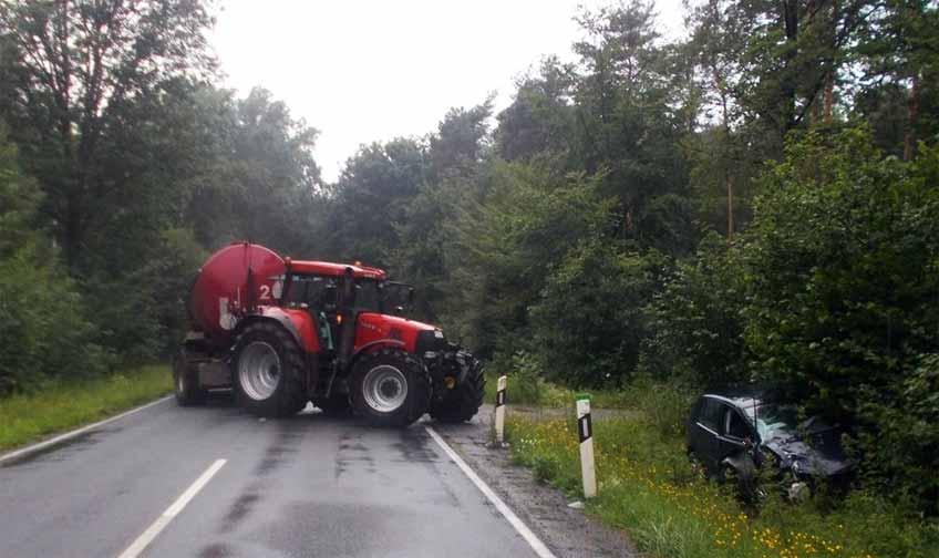 Während das Traktorgespann nach der Kollision auf der Straße stehen blieb, kam der VW der Diepenauerin von der Fahrbahn ab.