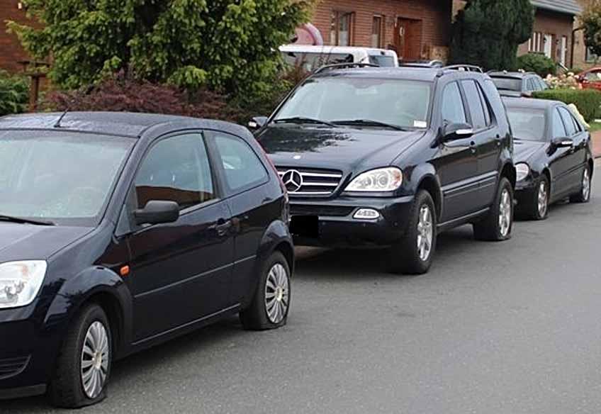 Wie an diesen drei Autos wurden an vielen weiteren Fahrzeugen die Reifen zerstochen.