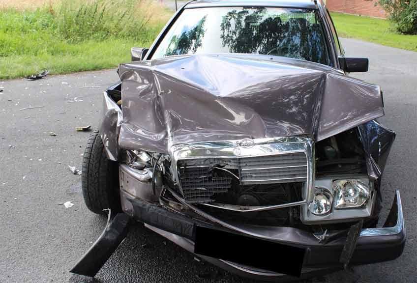 Der Mercedes nahm deutlichen Schaden.