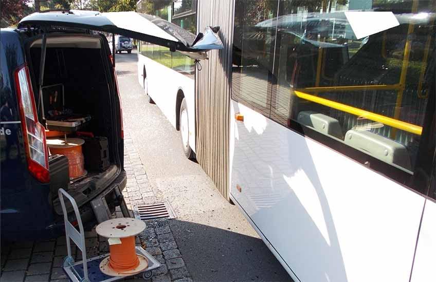 Der Bus kollidierte mit dem geöffneten Kofferraumdeckel.