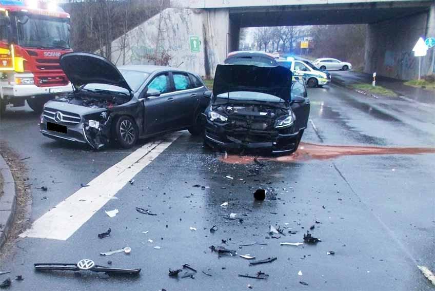 Infolge der Kollision waren die beiden Autos nicht mehr fahrbereit und mussten abgeschleppt werden.
