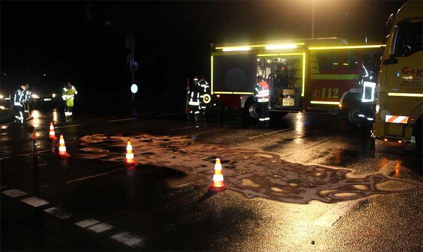 Durch Glassplitter und ausgelaufenem Öl verunreinigt, musste die Kreuzung B 239/Lemförder Straße am Morgen aufwendig gereingt werden.