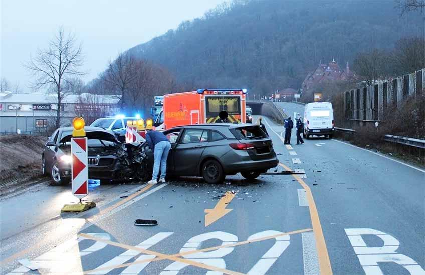 Beim Unfall auf der B 482 kollidierten drei Autos.
