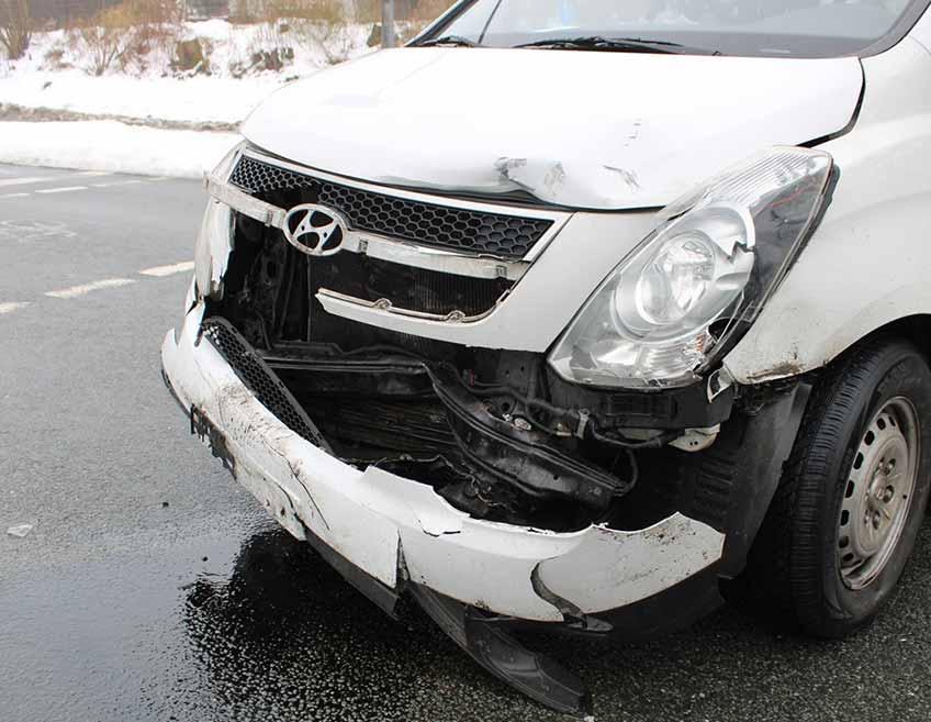 Der Kleintransporter nahm deutlich sichtbaren Schaden.
