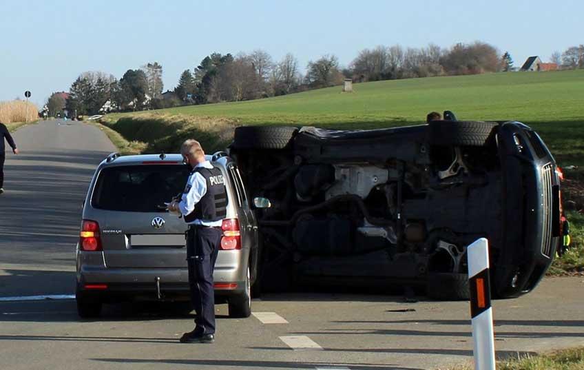 Der VW Touareg kippte durch die Wucht der Kollision um und blieb auf der Fahrerseite liegen.