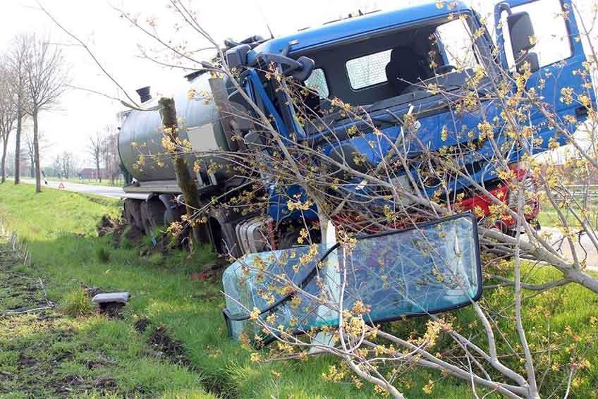 Ein Gülle-Transporter gerät auf den Seitenstreifen und bleibt vor einem Baum stehen.