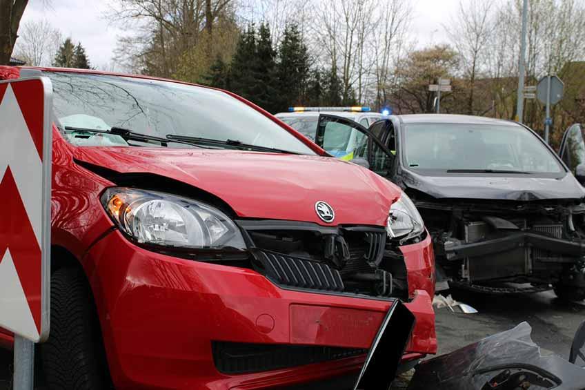 Durch die Wucht der Kollision wurde der Opel gegen den Skoda geschleudert.