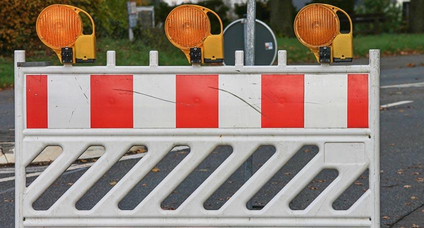 Der Kreis Minden-Lübbecke saniert die Kreisstraße 64 zwischen der L 765 Lemförder Straße und der B 239 Diepholzer Straße, Grund sind zahlreiche Schäden. Es ist vorgesehen neue Asphaltschichten einzubauen und Teile der Randplatten zu erneuern.