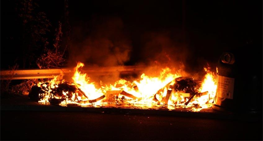 """Brennende Altglascontainer an der Straße """"Am Hahlerbaum"""" haben am Donnerstag in den frühen Morgenstunden einen Einsatz von Feuerwehr und Polizei ausgelöst. Als die ersten Einsatzkräfte gegen 3.30 Uhr eintrafen, standen die in einer Kurve nahe der Bahnschienen aufgestellten Behältnisse bereits lichterloh in Flammen."""