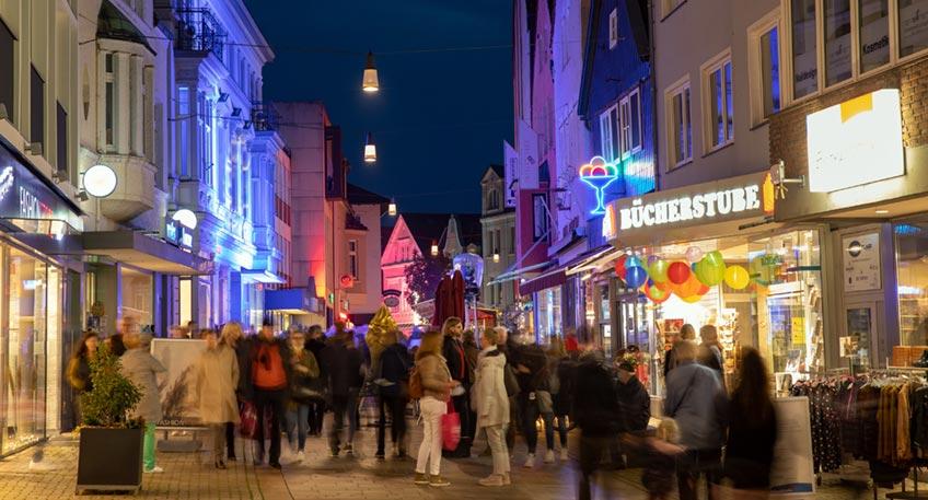 Lust auf entspanntes Bummeln entlang farbig illuminierter Bäume, Plätze und Fassaden? Die Geschäfte der Lübbecker Innenstadt laden am Freitag, 1. Oktober bis 22 Uhr zum stimmungsvollen Shoppingabend im Lichterschein ein.