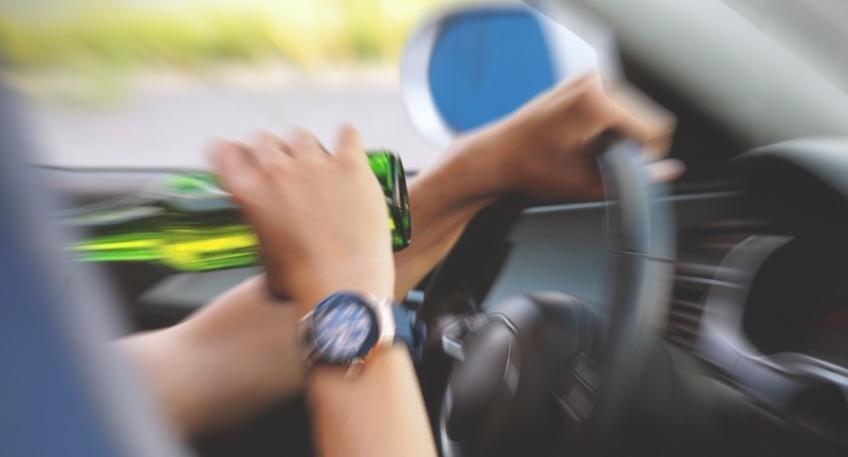 In Bad Holzhausen verlor ein Autofahrer die Kontrolle über sein Auto und prallte gegen ein Verkehrsschild. Als die alarmierte Streifenwagenbesatzung eintraf, stellten sie beim Fahrer eine deutliche Beeinträchtigung durch Alkohol fest.