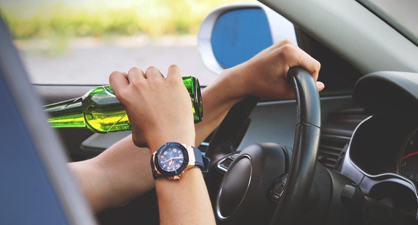 Eine Autofahrerin aus Lübbecke und ein Fahrer aus Hüllhorst müssen vermutlich für längere Zeit auf ihren Führerschein verzichten. Beide saßen zum Teil erheblich alkoholisiert hinter dem Steuer ihrer Fahrzeuge und fielen bei Kontrollen der Polizei in Lübbecke auf.