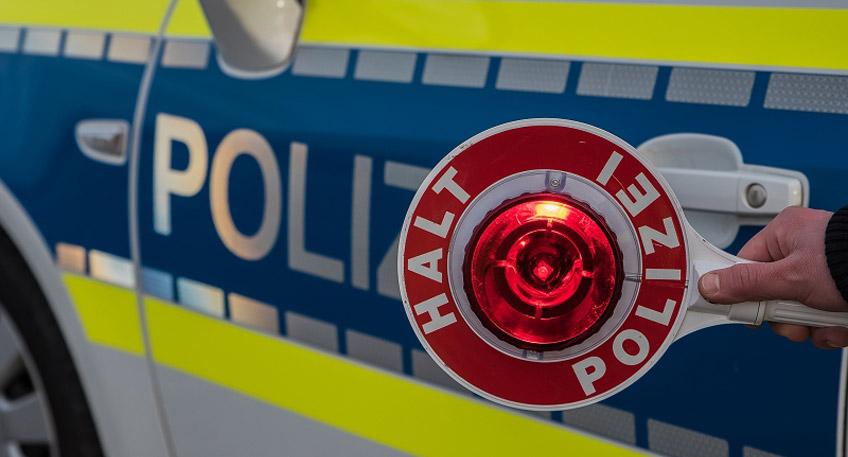 """Bei den Kontrollen im Zuge der Aktionswoche """"Roadpol - Safety Days"""" überprüften unsere Einsatzkräfte am Montag wieder eine Vielzahl von Fahrradfahrenden. Die meisten von Ihnen verhielten sich vorbildlich, sodass nur wenige Verstöße geahndet werden mussten. Darüber hinaus gerieten aber andere Verkehrsteilnehmer in den Fokus der Polizisten.  Einer Fahrradstreife der Polizeiwache Bad Oeynhausen fielen gegen halb zwölf in der Herforder Straße sogenannte Schrottsammler ins Auge. Die beiden Nutzer eines weißen Mercedes Sprinter hatten ihr Fahrzeug bereits mit diversem Metallschrott beladen. Bei genauerer Nachschau stellten die Beamten mehrere Verstöße fest. So war der Wagen mit einem ausländischen Kennzeichen versehen, obwohl es dauerhaft in Deutschland genutzt wird. Ebenso fehlte am Kleintransporter die vorgeschriebene Kennzeichnung und die beiden Männer waren nicht Besitz erforderlicher Erlaubnisse. Gegen sie sowie den Fahrzeugbesitzer fertigten die Beamten Anzeigen.  Gegen 17 Uhr geriet der Fahrer eines E-Scooters in den Fokus einer Streifenwagenbesatzung. Dem Gefährt fehlte das Versicherungskennzeichen und der Fahrer zeigte Betäubungsmittel bedingte Auffälligkeiten. Dies wurde durch einen Drogentest bestätigt. Es folgte auf der Polizeiwache Lübbecke eine Blutprobe."""