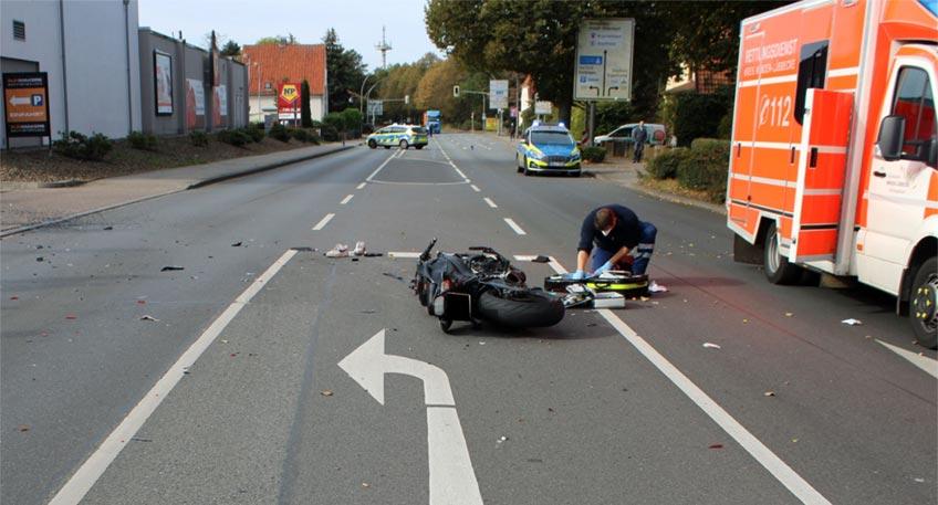 Ein schwerer Verkehrsunfall hat sich am Montag auf der Bohlenstraße (B 65) in Lübbecke in Höhe der Classic-Tankstelle ereignet. Bei der Kollision zwischen einem abbiegenden Pkw und einem Motorradfahrer erlitt der 24-jährige Biker aus Lübbecke lebensbedrohliche Verletzungen.