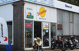 """Bereits seit 1995 ist Kfz-Meister Robin Conrad selbständig - zu Beginn als Suzuki-Händler und seit 2001 als Fachunternehmen für Motorroller aller Marken unter der Bezeichnung """"Scooter-Point"""". Dabei stand die Erkenntnis Pate, dass man mit Motorrollern kostengünstig zur Arbeit kommen oder Kurzstrecken in der Stadt bewältigen kann. Der Geschäftsmann erkannte hier eine Marktlücke und knüpfte schnell Kontakt zu den führenden Motorroller-Herstellern. Robin Conrad führt sein Geschäft als Einzelunternehmer allein."""