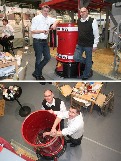 Die Energiepreise steigen – und parallel dazu erhöht der Gesetzgeber den Druck auf die Immobilien-Eigentümer, die Gebäudehüllen möglichst effektiv dämmen zu lassen. Es gibt zahlreiche Verfahren, darunter die Einblas-Dämmtechnik, um Hohlräume optimal zu schließen. Ihre handwerkliche Erfahrung haben Jörg Bernardt als Maler und Ulrich Birkemeyer als Meister und Restaurator im Zimmererhandwerk zusammen gelegt und im Mai 2010 die B+B Einblas-Dämmtechnik GmbH gegründet. Gemeinsam leiten sie als Geschäftsführer den zertifizierten Thermofloc-Fachbetrieb.