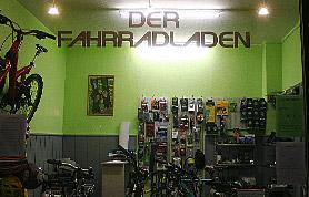 """In die Pedalen hat Dirk Poerschke schon immer gern getreten. Und wenn sich die Gelegenheit bietet, ist er auch heute noch auf dem Drahtesel unterwegs. Ansonsten aber kümmert sich der gelernte Maschinenbau-Techniker darum, dass die Räder laufen. In seinem Geschäft """"Der Fahrradladen"""", das er seit 2002 führt, macht er den Zweiradfans ein umfangreiches Angebot. Es reicht über Räder für unterschiedlichste Ansprüche und sämtliches Zubehör bis zu Reparaturen und den Bau individueller Rennräder."""