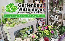 Der Gartenbaubetrieb Wittemeyer besteht seit 1927 und wird nunmehr in der 4. Generation von Melanie und Peter Wittemeyer geführt. Die frisch renovierten Ausstellungsräume in Gehlenbeck, direkt an der B65 inspirieren mit den neuesten Trends für Dekoration. Frische Schnittblumen bringen einen Hauch von Frühling. Natürliche Materialien in Licht durchfluteten Räumen geben der großen Farbenvielfalt den perfekten Rahmen. Lassen Sie sich verzaubern auf der Suche nach neuen Ideen. Es erwartet Sie eine kompetente Fachberatung zu individuell gestalteten Sträußen, Hochzeits- und Geburtstagsdekoration. Die Floristen haben sich bei der neuen Raumaufteilung viele Gedanken gemacht. Das Ergebnis kann sich sehen lassen, denn die große Auswahl an Blumen, Pflanzen und Deko ist sehr übersichtlich und nett arrangiert. Die Kunden können die Straußgestaltung sogar aktiv mitverfolgen.
