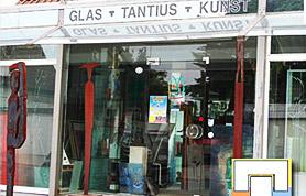 Der Handwerksbetrieb Tantius in Lübbecke in der Andreasstraße 6 ist ein erfolgreicher Familienbetrieb. Gegründet wurde er am 20. Juni 1950. Hans-Gerd Tantius führt ihn in der zweiten Generation – und auch die Nachfolge ist bereits gesichert. Der Juniorchef, Tristan Tantius, der das Glaserhandwerk von der Pieke auf gelernt hat und bereits in jungen Jahren seinen Meister in diesem Beruf gemacht hat, steht schon jetzt seinem Vater zur Seite. Als Dritte im Familienbunde arbeitet Ulrike Tantius, gelernte Glasmalerin, im Betrieb tatkräftig mit. Natürlich hat sich das Unternehmen in den sechs Jahrzehnten seines Bestehens kontinuierlich weiterentwickelt und den Erfordernissen der Zeit und den Bedürfnissen der Kunden angepasst.
