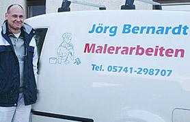 Von Paderborn bis nach Delmenhorst, von Stemwede bis nach Bünde - so weit reicht mittlerweile das Tätigkeitsgebiet des Meisterbetriebes Jörg Bernardt. 2004 hat er seinen Malerfachbetrieb gegründet und mittlerweile ist daraus ein Unternehmen mit 20 Mitarbeitern geworden. Jörg Bernardt und sein Team bieten den Kunden alles, was eine individuelle Innenraum- und/oder Fassadengestaltung ausmacht. Und das immer auf dem neuesten Stand der Technik. Alle Arten von Anstrichen, dekorative Spachtel- und Lasurtechniken sowie Tapezierarbeiten werden fach- und sachgerecht ausgeführt. Natürlich bietet der Inhaber geführte Betrieb auch die Erneuerung von Außenfassaden im Sinne der gültigen Energieeinsparverordnung an.