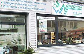 Angefangen hat alles im Jahr 1816 mit einer Schuhmacherei, die Friedrich-Wilhelm Kröger in Nettelstedt eröffnete. Durch familiäre Verbindungen änderte sich zwar der Name, dem Schuhmacherhandwerk blieben aber auch die folgenden Generationen treu. Heute ist Willi Nedderhoff Inhaber des gleichnamigen Geschäftes. Er hat aus der ehemaligen Schuhmacherei einen Fachbetrieb für Orthopädie-Schuhtechnik gemacht. Auf diesen Geschäftszweig hat er sich 1989 spezialisiert; in diesem Jahr legte er seine Prüfung als Othopädie-Schuhmachermeister ab. Sein gut ausgestattetes Fachgeschäft befindet sich gut erreichbar direkt an der B 65. Mit zwei Mitarbeitern, einem Gesellen und einem Lehrling, betreibt er in seinem Handwerksbetrieb neben dem Verkauf auch eine Werkstatt zur Anfertigung von orthopädischen Schuhen. Besonderen Wert legt der Orthopädie-Schuhmachermeister auf die umfassenden Beratung und Betreuung seiner Kunden.