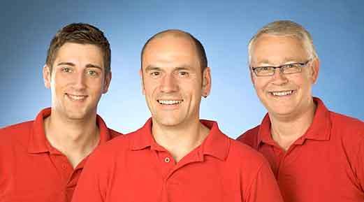 Unterstützt wird Elektromeister Karl-Heinz Podhajsky hier von Heizungsbauer Florian Mas und Elektroinstallateur Günter Schwagmeier.
