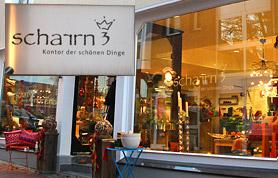 """Die beiden Seiteneinsteigerinnen Lydia Klingenhagen aus Bad Holzhausen und Susanne Liebig aus Hüllhorst haben in den Räumen des ehemaligen Lederwarengeschäftes Röwekamp ein """"Kontor der schönen Dinge"""" eröffnet. Hier gibt es für jeden Geschmack ausgefallene Wohn-Accessoires, herrliche Geschenke und zeitlos schöne Dinge zu entdecken und zu kaufen. Die beiden Inhaberinnen präsentieren ihr vielseitiges Angebot - von Porzellan über Glaswaren und Heimtextilien bis zu Kerzen, Leuchtern und Geschenkartikeln - auf rund 100 Quadratmetern. Die Geschäftsräume wurden umfassend renoviert, und so haben Lydia Klingenhagen und Susanne Liebig ein überaus freundliches und helles Ambiente geschaffen, das regelrecht zum Verweilen und Stöbern einlädt. Sehr viel Wert legen die beiden Unternehmerinnen bei der Auswahl der von ihnen angebotenen """"schönen Dinge"""" auf Qualität und Kreativität. Und dafür arbeiten sie mit renommierten Herstellern zusammen. So gibt es hochwertige und ausgefallene Wohnaccessoires der Firma Lambert, Designerprodukte von Eva Solo, handbemaltes Gmundner Porzellan aus Österreich oder Tischwäsche, Heimtextilien, Dekorations- und Gebrauchsglas bekannter Marken im """"Scharrn3"""" zu entdecken."""