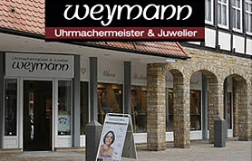 Seit über 50 Jahren besteht das traditionsreiche Juweliergeschäft Weymann in der Bäckerstraße in Lübbecke. Nach einem Generationenwechsel liegt die Geschäftsführung nun seit 1998 in den bewährten Händen der Uhrmachermeisterin Katrin Weymann. Mit fünf Mitarbeitern erfüllt sie die Wünsche ihrer Kunden. Der Service des Juweliergeschäfts Weymann erstreckt sich rund um die Themen Schmuck und Uhren. In der zum Geschäft gehörenden Werkstatt werden Uhren überholt und repariert. Vom einfachen Batteriewechsel bis hin zu anspruchsvollen Instandsetzungsarbeiten reicht hier das Leistungsspektrum. Zur Seite steht dabei Katrin Weymann ein erfahrener Uhrmachergeselle.