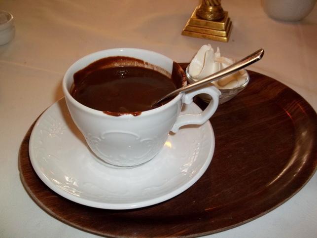 Schokolade löffeln im La Maison du Chocolat