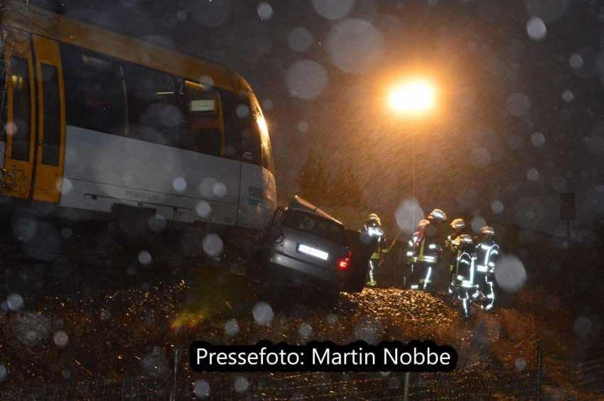 Zugunglück mit Pkw auf unbeschranktem Bahnübergang