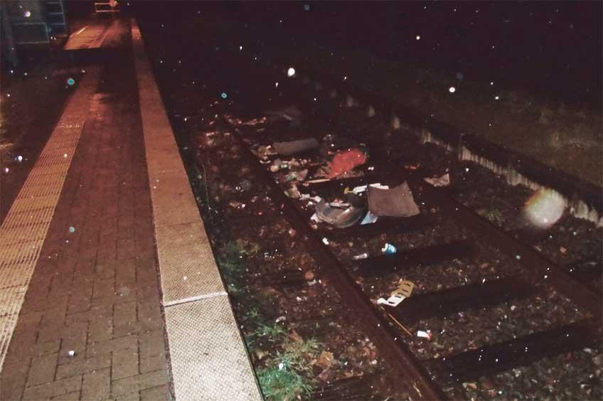 Die Täter warfen den Mülleimer auf das Gleisbett des Bahnhofs Lübbecke. Eine Regionalbahn konnte nicht mehr bremsen und erfasste diesen.