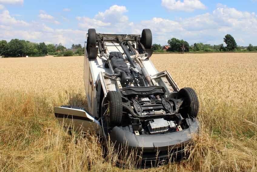 Der allein in dem Mercedes sitzende 23-Jährige konnte sich selber aus dem Fahrzeug befreien.