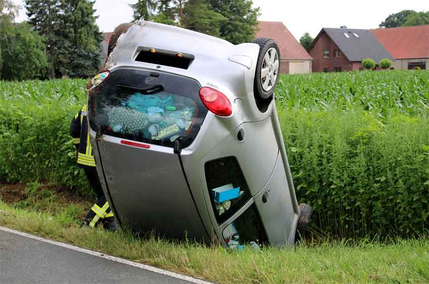 Ausgangs einer scharfen Rechtskurve verlor die 22-jährige Fahrerin die Kontrolle über ihren Wagen und kam nach links von der Fahrbahn ab.