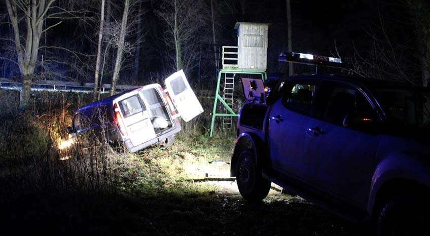 Während der Flucht fiel aus der geöffneten Ladefläche des Fluchtfahrzeugs der zuvor aus dem Geschäft entwendete Tresor sowie Teile des Einbruchwerkzeugs heraus.