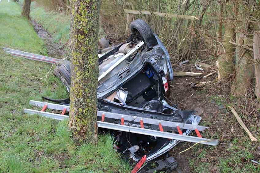 Das Auto kam nach links auf den Grünstreifen ab, kollidierte dort mit einem Erdwall und überschlug sich.