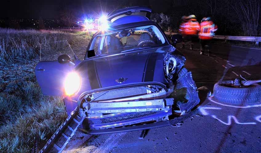 Am Freitagabend sind auf der Bergstraße zwischen Nettelstedt und Schnathorst zwei Pkws miteinander kollidiert. Eine 18-jährige Fahrerin verletzte sich.